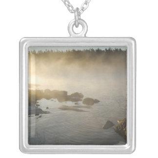 Lever de soleil par le brouillard dans la baie collier