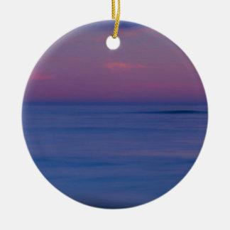 lever de soleil Pourpre-coloré sur le rivage 2 Ornement Rond En Céramique