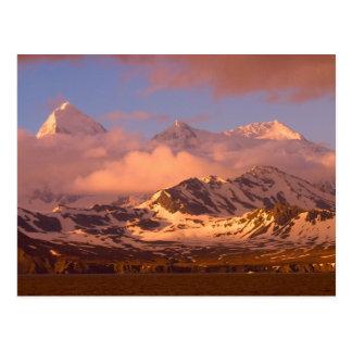 Lever de soleil sur les gammes de montagne sur des carte postale