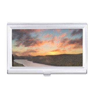 Lever de soleil vif au-dessus du lac des nuages en boîtier pour cartes de visite