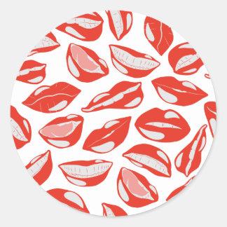 Lèvres rouges prêtes à embrasser sticker rond