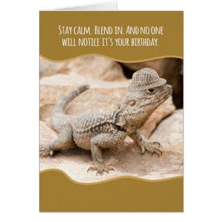Lézard camouflé drôle dans un anniversaire de carte de vœux