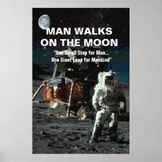 L'homme marche sur l'astronaute et la terre de poster