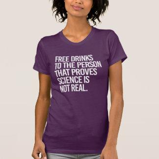 Libérez les boissons à la personne qui s'avère que t-shirt