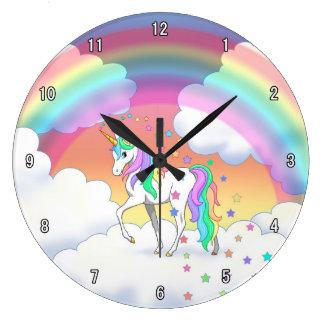 Licorne et étoiles colorées d'arc-en-ciel grande horloge ronde
