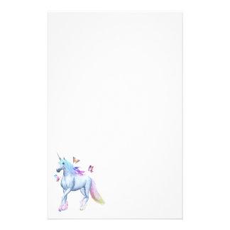 Licorne et papillons d'arc-en-ciel papier à lettre personnalisé