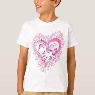 Licorne mignonne avec le T-shirt de fleurs et de