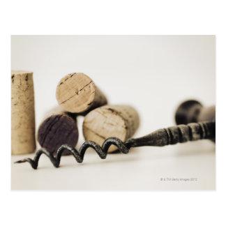 Lièges de vin avec le tire-bouchon carte postale