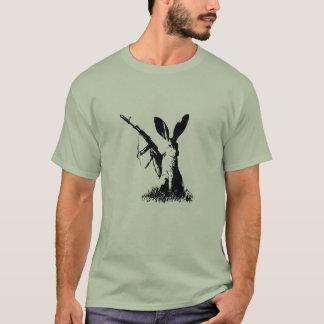 Lièvre avec la kalachnikov AK-74 T-shirt