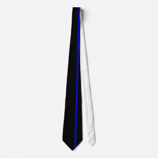 Ligne verticale mince bleue sur la droite cravate