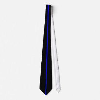 Ligne verticale mince centrée par bleu sur le noir cravate