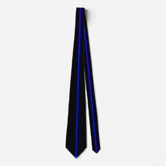 Ligne verticale mince centrée par bleu sur le noir cravates