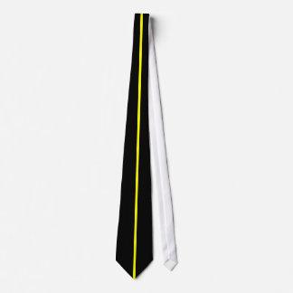 Ligne verticale mince centrée par jaune sur le cravate