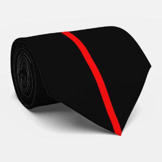 Ligne verticale mince centrée par rouge sur le cravate