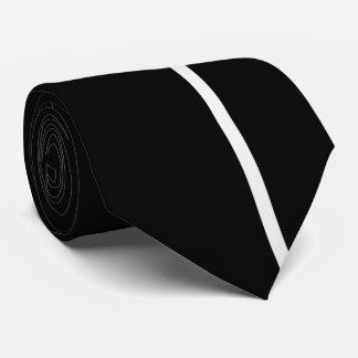Ligne verticale mince de fumée blanche sur le noir cravates