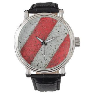 Lignes blanches rouges diagonales sig urbains du montres bracelet