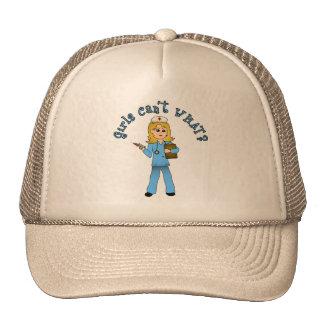 L'infirmière dans le bleu frotte (la blonde) casquettes de camionneur