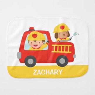 Linge De Bébé Camion de pompiers rouge avec le garçon et le