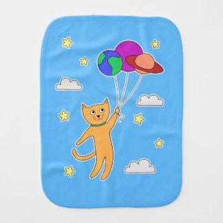Linge De Bébé Le chat flottant dans l'espace avec la planète