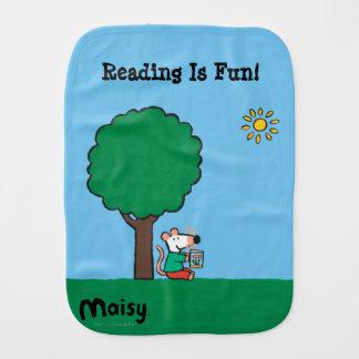 Linge De Bébé Maisy lit son livre de bibliothèque dehors
