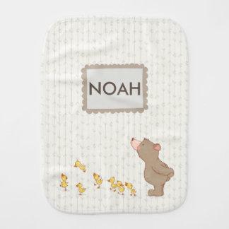 Linge de bébé nommé neutre adorable d'ours et de