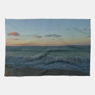 Linge De Cuisine Vagues se brisant au paysage de plage de coucher