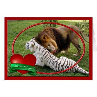 Lion africain et tigre blanc jouant aux cartes de