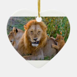Lion CUB mignon jouant avec le papa, Kenya Ornement Cœur En Céramique
