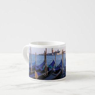 L'Italie, la Vénétie, Venise, rangée des gondoles Tasse Expresso