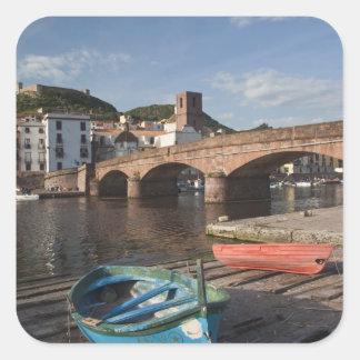 L'Italie, Sardaigne, Bosa. Vue de ville le long de Stickers Carrés