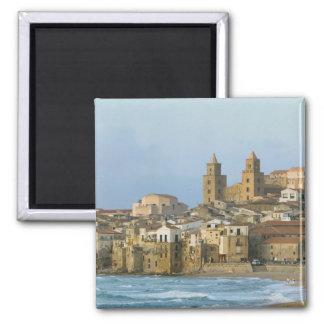 L'Italie, Sicile, Cefalu, vue avec le Duomo de 2 Magnet Carré