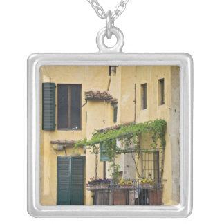 L'Italie, Toscane, Florence. Balcon et Collier