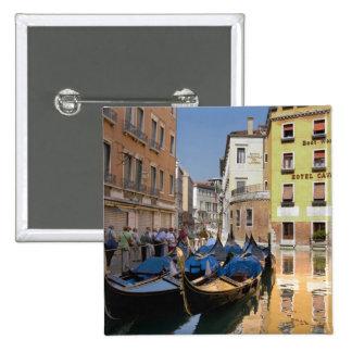 L'Italie, Venise, gondoles a amarré le long du can Pin's