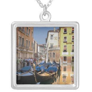 L'Italie, Venise, gondoles a amarré le long du Collier