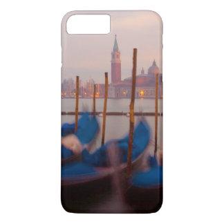 L'Italie, Venise. Gondoles ancrées au crépuscule Coque iPhone 7 Plus