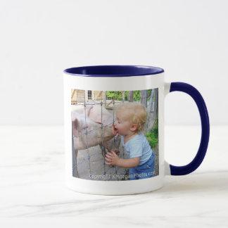 Little Boy et tasse de porc