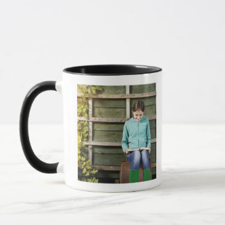 Livre de séance et de lecture de fille près de mug