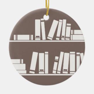 Livres sur l'étagère pour lire l'amant ou le type ornement rond en céramique