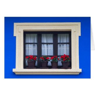 Logement résidentiel avec des fleurs dans les carte de vœux