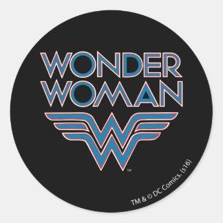 Logo bleu et rouge de femme de merveille rétro sticker rond