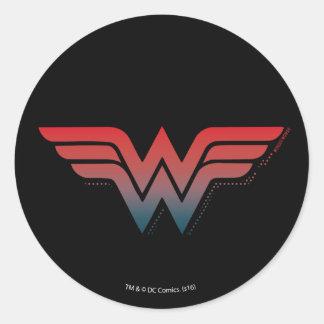 Logo bleu rouge de gradient de femme de merveille sticker rond
