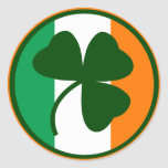 Logo irlandais, shamrock sur des couleurs de adhésif rond