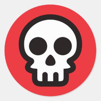 Logo simple de crâne sur l'arrière - plan rouge, sticker rond
