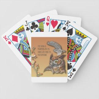 L'oiseau est actionné par sa propre vie et son jeu de cartes