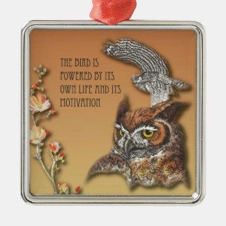 L'oiseau est actionné par sa propre vie et son ornement carré argenté