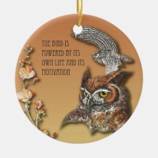 L'oiseau est actionné par sa propre vie et son ornement rond en céramique