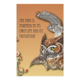 L'oiseau est actionné par sa propre vie et son papeterie