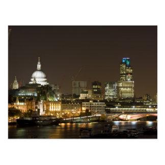 Londres, Angleterre à la carte postale de nuit