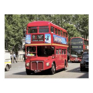 Londres, autobus d'autobus à impériale rouge dans carte postale
