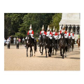 Londres, cavalerie de ménage, changeant la garde carte postale